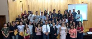 Reunião ética para entrega de carteiras a 40 novos médicos em Maringá