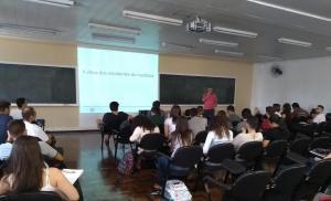 Acadêmicos de Medicina da UFPR participam de aula de EMC sobre ética