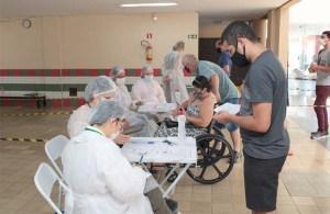 Londrina vacinou 668 profissionais de saúde em evento-teste realizado no sábado, dia 6