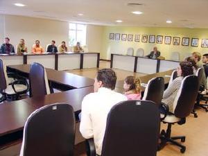 Onze médicos recebem carteira profissional em Curitiba
