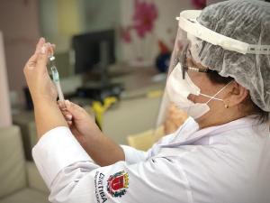 Curitiba descentraliza vacinação de trabalhadores da saúde e abre pavilhão no domingo